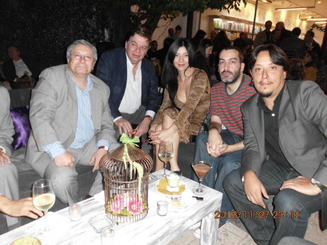 De izquierda a derecha: Manuel Gil, Manuel Ortuño, Daniela Villaseñor, Jorge Portland, Manuel Dávila, en el cocktail ofrecido por Gandhi